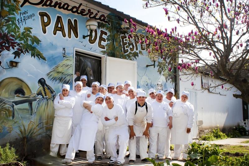 Jóvenes de la Panadería Pan de Esperanza del Taller Protegido de Andar